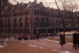 Voyageurs quittant la gare Windsor et traversant le square Dominion (aujourd'hui Place du Canada).