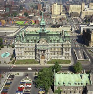 Vue aérienne de l'hôtel de ville et de son environnement en 1974.