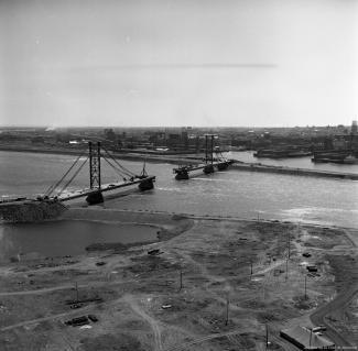 Construction du pont des Peuples, renommé pont de la Concorde par la suite