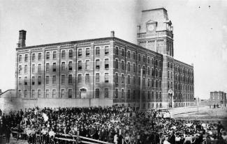 Des employés de la manufacture Macdonald Tobacco pose devant l'édifice en 1877