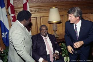 Jean Doré, Oscar Peterson et Oliver Jones à l'hôtel de ville de Montréal.