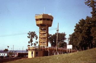 La tour du « Lumberman's Association », installée près du restaurant Hélène de Champlain, permet aux Montréalais de suivre de près les travaux d'aménagement et de construction.