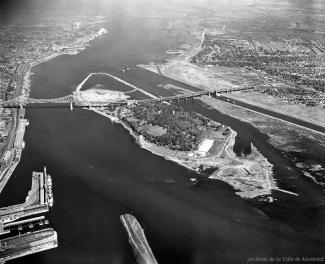 Le site commence à prendre forme – le nouveau pourtour de l'île Sainte-Hélène est presque complet et l'île Notre-Dame sort des eaux