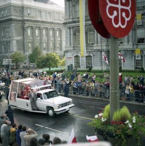 Le pape salue la foule de sa papamobile rue Notre-Dame, face à lhôtel de ville