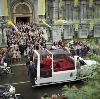 Le pape salue la foule de sa papamobile rue Notre-Dame, face à l'hôtel de ville
