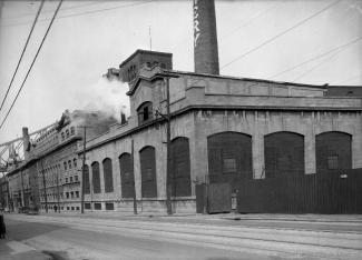 La brasserie Molson au 1590, rue Notre-Dame Est. On aperçoit la rue Notre-Dame vers l'est et la structure du pont Jacques-Cartier.