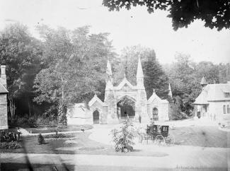 Photographie de l'entrée du cimetière Mont-Royal vers 1890.