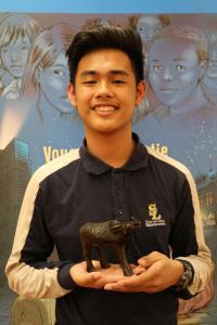 Un élève et son trésor de famille, une statuette d'un buffle, emblème des Philippines