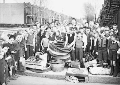 Photo en noir et blanc d'un groupe d'enfants dans une rue du quartier Rosemont.