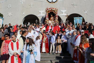 Foule réunie sur le parvis de l'église Santa Cruz avec entre autres Mgr Lépine, l'archevêque de Montréal, et la statue de Santo Cristo.
