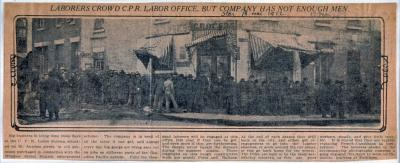 Article de journal avec une photo montrant des ouvriers devant les bureaux du C.P.R.