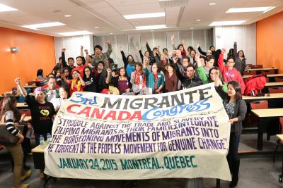 Membres de Migrante Canada tenant une banderole pour le 3e congrès de l'organisme