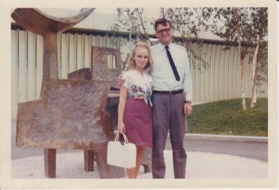 Un couple enlacé à Expo 67