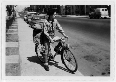 Jeune scout à vélo sur le boulevard Rosemont en 1965.