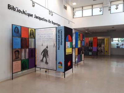 Photo en couleurs montrant quatre des six modules autoportants de l'exposition dans l'aire d'accueil d'une bibliothèque.