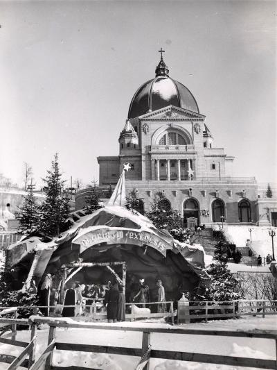 Un couple regarde la crèche sur la terrasse devant l'Oratoire Saint-Joseph, décembre 1950.