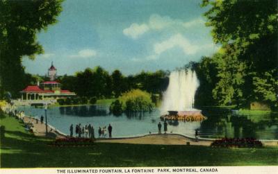 Carte postale montrant le restaurant, l'étang et la fontaine illuminée du parc La Fontaine.