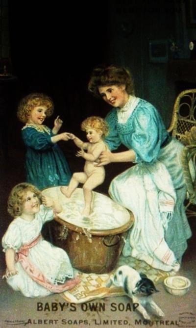 Publicité de Baby's Own Soap, montrant une mère donnant le bain à son bébé avec l'aide de ses deux petites filles.