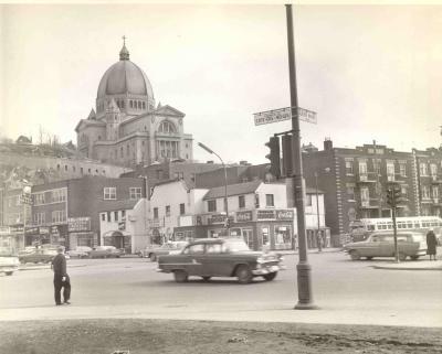 Vue de l'Oratoire Saint-Joseph du Mont-Royal à partir de la rue Côte-des-Neiges vers 1960.