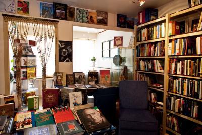 Bibliothèque et tables avec des livres.