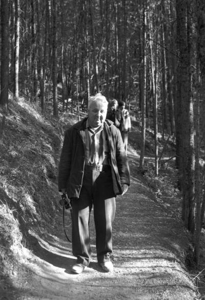 Portrait d'Alan B. Stone lors d'une promenade en forêt.