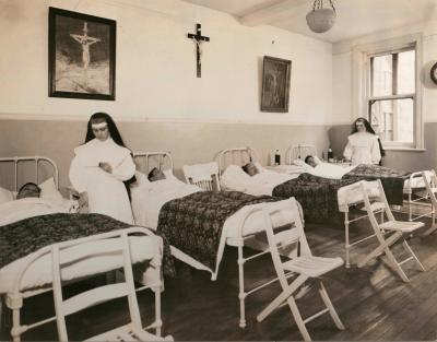 Sœur Marie-Noémie et Sœur Saint-Honoré prodiguent des soins à des patients de l'Hôpital chinois.