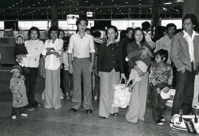 Une famille vietnamienne arrive à l'aéroport de Mirabel.
