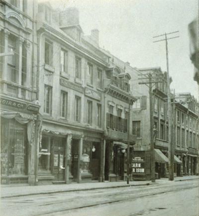 Photographie du 26-28, rue Notre-Dame Est prise vers 1910