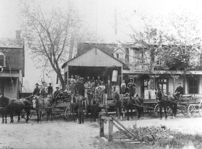 Groupe d'employés posant devant la beurrerie de l'île Bizard vers1910.
