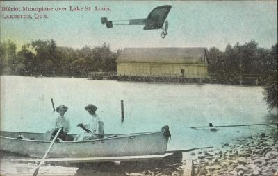 Cette carte postale colorisée montre deux femmes dans une chaloupe, non loin d'un hangar à bateaux aménagé sur les berges du lac Saint-Louis à Lakeside, un secteur de Pointe-Claire.