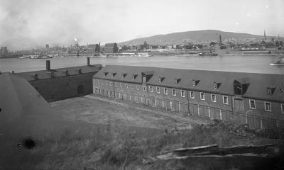 Photographie du fort de l'Île Sainte-Hélène. À l'arrière-plan, on distingue le port et la ville de Montréal.