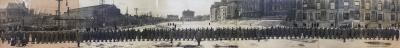 Photographie dune longue file d'hommes formant le régiment, sur le Champ-de-Mars.