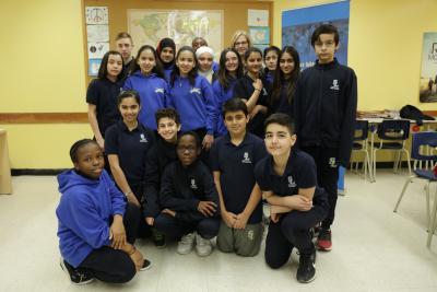 18 élèves du secondaire et leur enseignante.