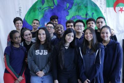 Quatorze élèves du secondaire et leur enseignante