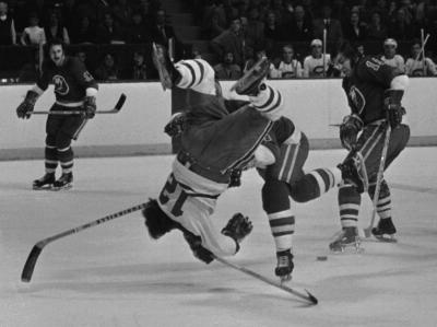 Le numéro 12 du Canadiens de Montréal, Yvan Cournoyer, faisant une descente en vol plané lors d'une partie contre les Islanders de New York le 25 janvier 1973.