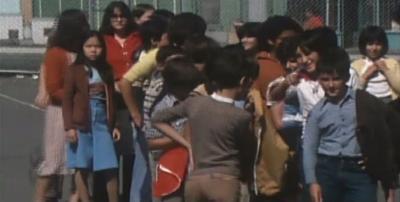 Groupe d'enfants dans une cour d'école
