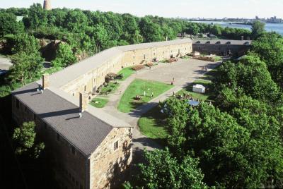 Photo du musée Stewart avec la cour et le fleuve en arrière-plan