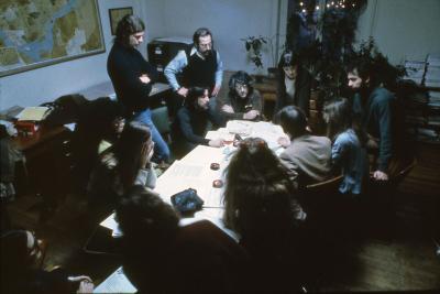 Une dizaines de femmes et d'hommes en réunion autour d'une table