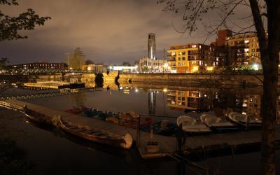 Photographie couleur de Griffintown le soir, vu du sud de Montréal.