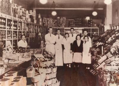 L'une des rares images de l'intérieur du premier magasin Steinberg avec, derrière la caisse à gauche, Ida Steinberg.