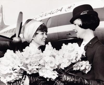Janette Bertrand et une femme de la compagnie Air Canada devant un avion de la compagnie
