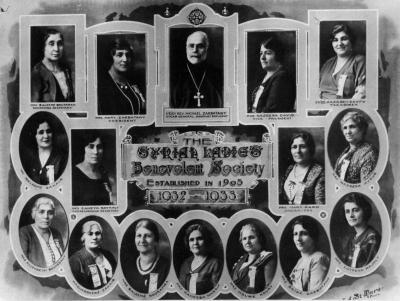 Photos individuelles en médaillon de quinze femmes et d'un homme.