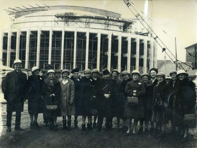 Groupe de femmes se tenant devant le chantier de construction de la Place des Arts.