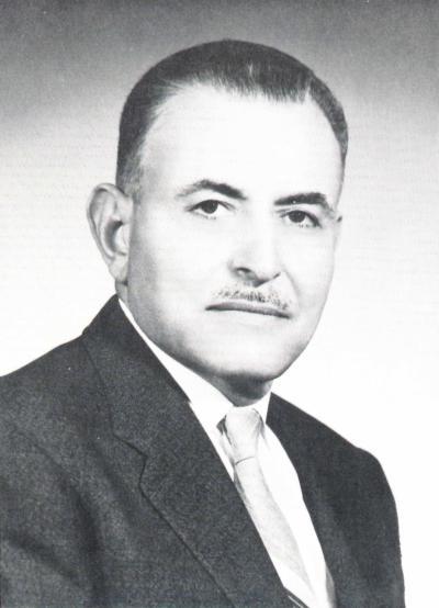 Portrait buste d'un homme en costume cravate.