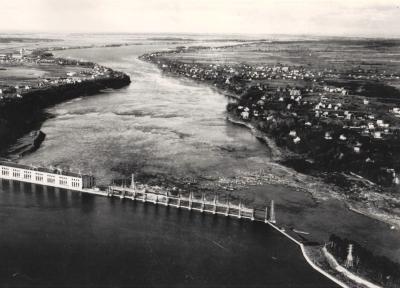 Vue aérienne de la centrale hydroélectrique de la Montreal Island Power Co. sur la rivière des Prairies, vers 1935.