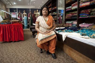 Femme assise dans sa boutique de tissus