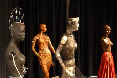 Quatre mannequins dans l'exposition Raconte-moi… Haïti et Montréal.