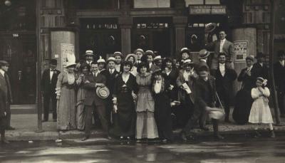 Les acteurs de la pièce de théâtre Ruth réunis devant le Monument national, haut lieu culturel juif au début du XXe siècle.
