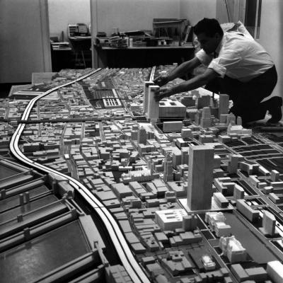 Maquettiste travaillant sur la maquette du centre-ville.