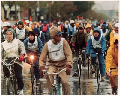 Cyclistes sous la pluie lors du premier Tour de l'Île
